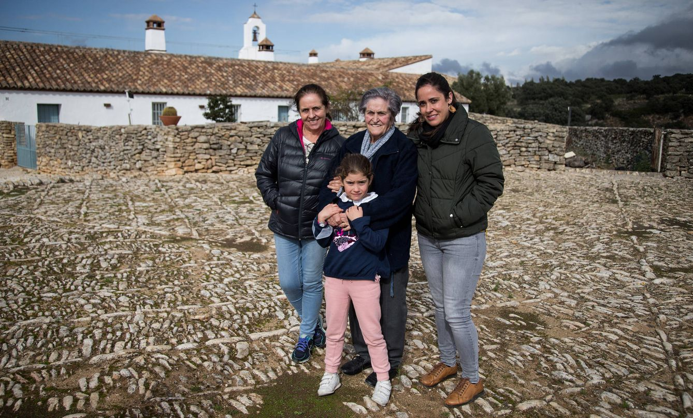 Foto: Pepa Rosado, Paqui Gutiérrez, Sara Oñate y Noelia Gutiérrez, en Málaga. (Fernando Ruso)