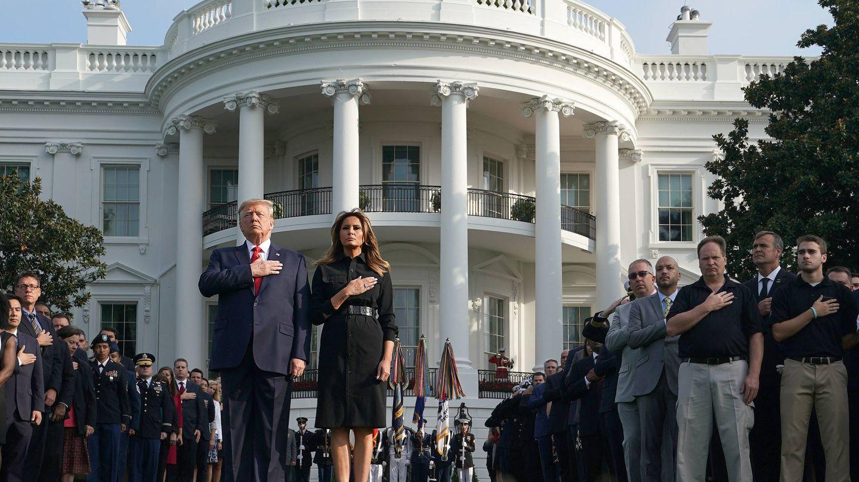 Melania y Donald Trump, frente a la residencia presidencial. (Getty)