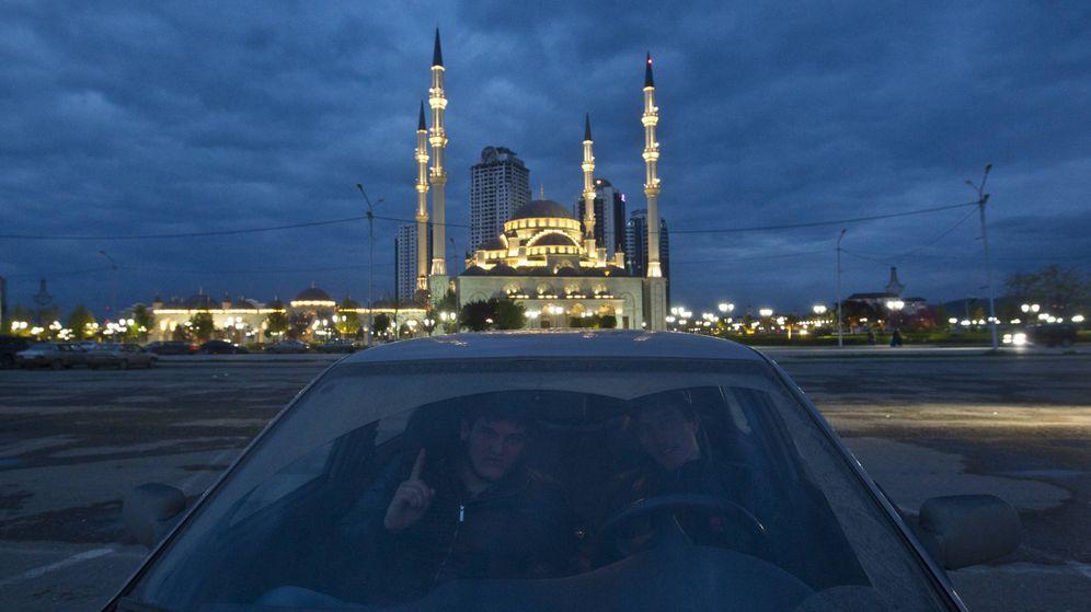 Foto: Dos hombres posan ante una mezquita de Grozny, capital de Chechenia, en abril de 2013. (Reuters)
