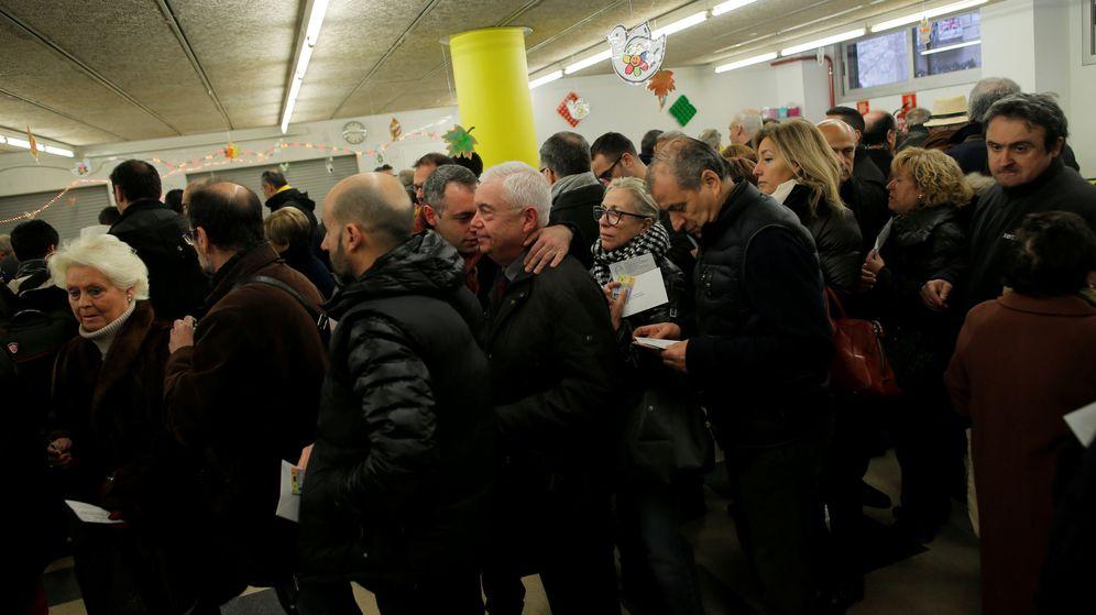 Foto: Colas de primera hora en algunos colegios electorales de Cataluña tras su apertura. (Reuters)