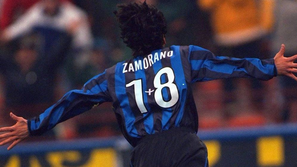 Foto: El chileno Iván Zamorano con el famoso 1+8 que llevó de dorsal tras el fichaje de Ronaldo por el Inter. (Reuters)