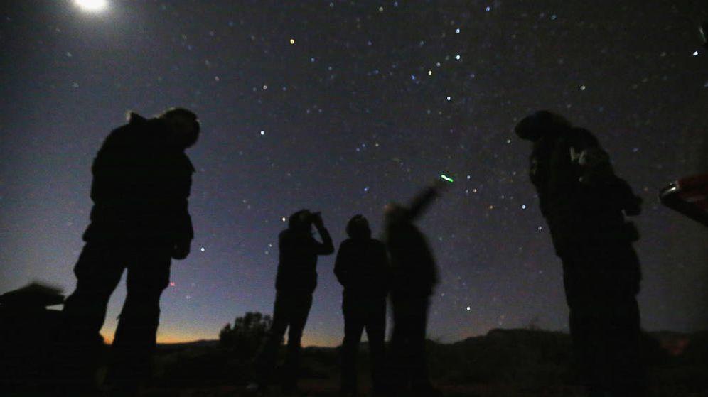 Foto:  Un grupo de personas busca ovnis en el desierto de Arizona (Foto:Reuters)