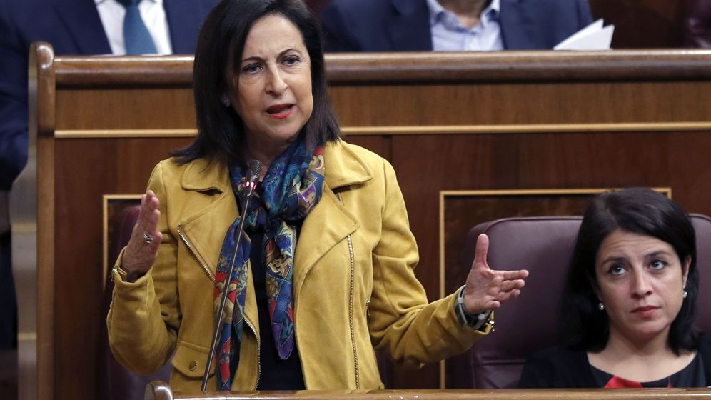 Foto: La portavoz parlamentaria del PSOE, Margarita Robles, junto con Adriana Lastra, este 25 de octubre en el Congreso. (EFE)