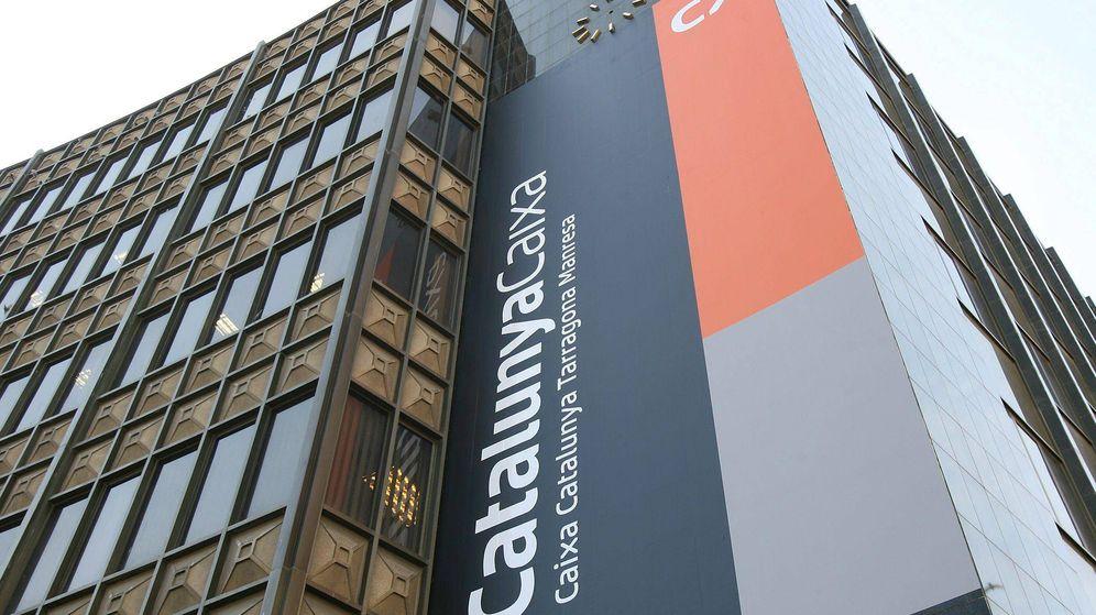 Foto: Vista de la nueva imagen corporativa colocada en la sede central de Caixa Tarragona en una foto de archivo. (Efe)