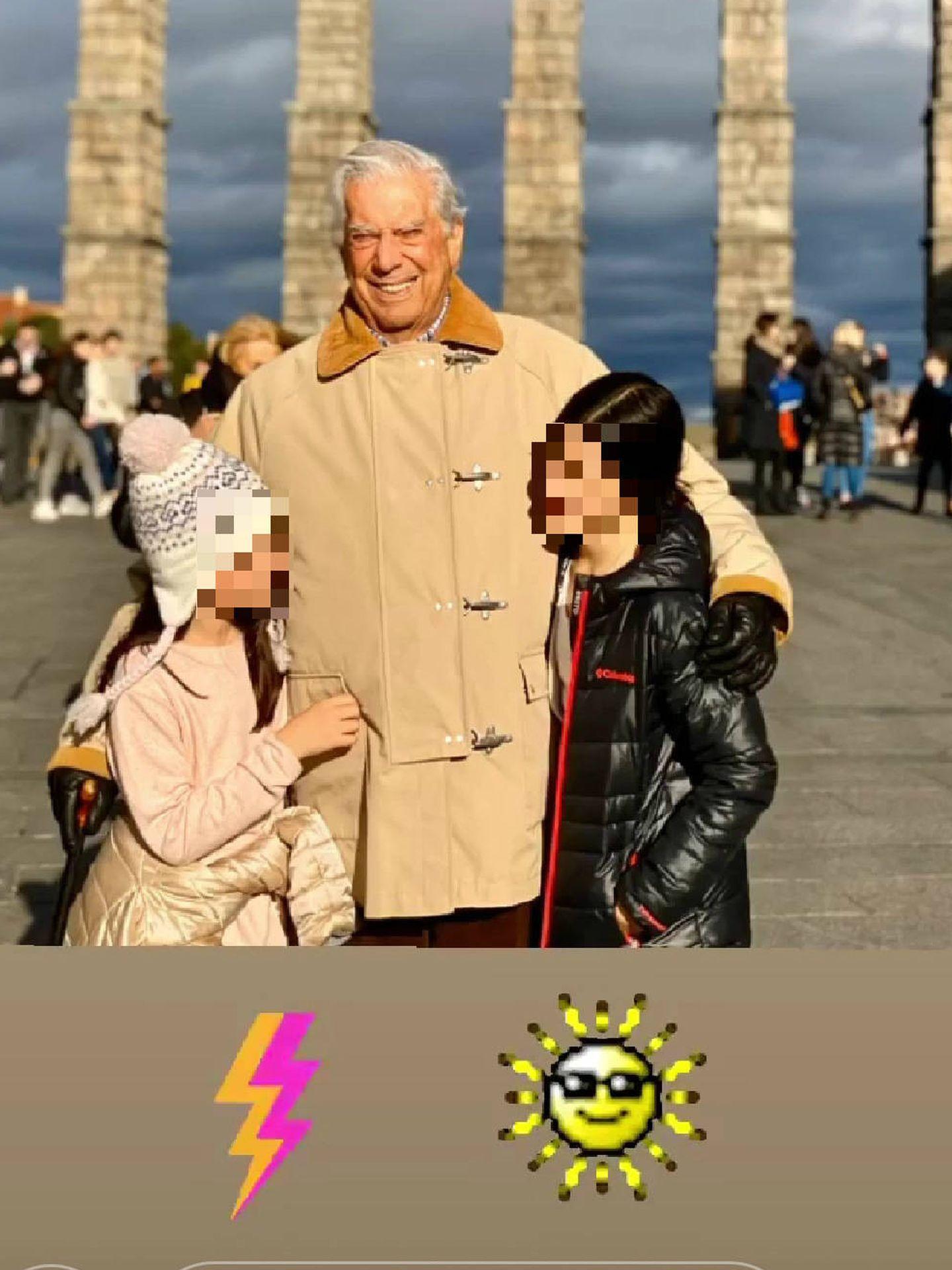 Vargas Llosa, con sus nietas. (Foto distribuida en redes sociales)