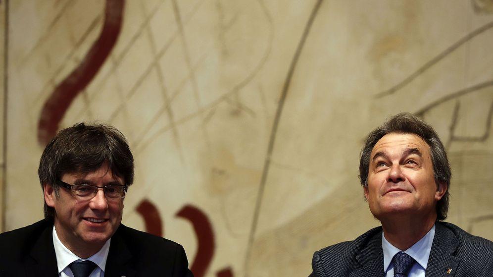 Foto: El presidente de la Generalitat, Carles Puigdemont, junto al expresidente Artur Mas. (EFE)