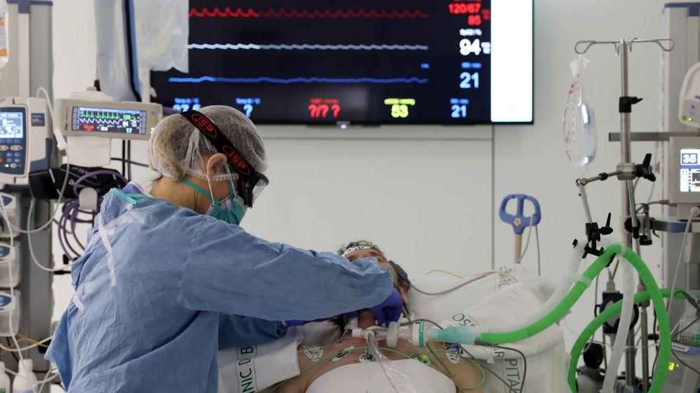 Foto: Paciente de covid-19, en la UCI del Hospital Clínic. (Reuters)