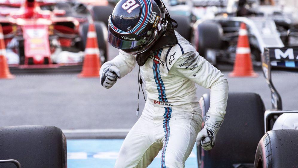 Foto: Stroll, haciendo un gesto de rabia al bajarse del coche. (EFE)