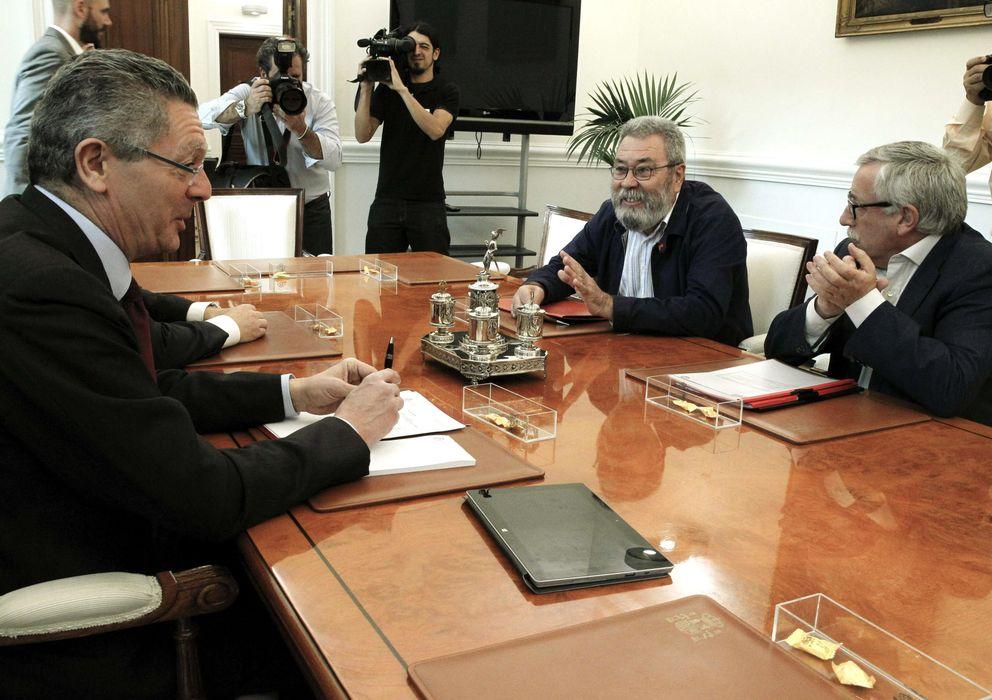 Foto: El ministro Alberto Ruiz-Gallardón con los líderes sindicales Cándido Méndez e Ignacio Fernández Toxo durante la reunión (Efe)