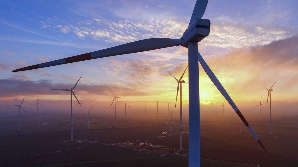 Foto: Vista del atardecer desde un parque de energía eólica. (EFE)