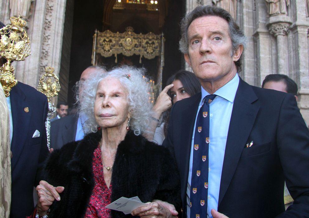 Foto: La duquesa y Alfonso Díez durante una procesión del Cristo de los Gitanos (Gtres)