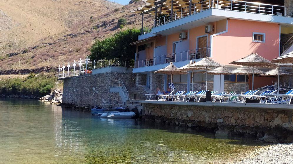 Foto: Vista general del restaurante costero Panorma, en Porto Palermo. (EFE)