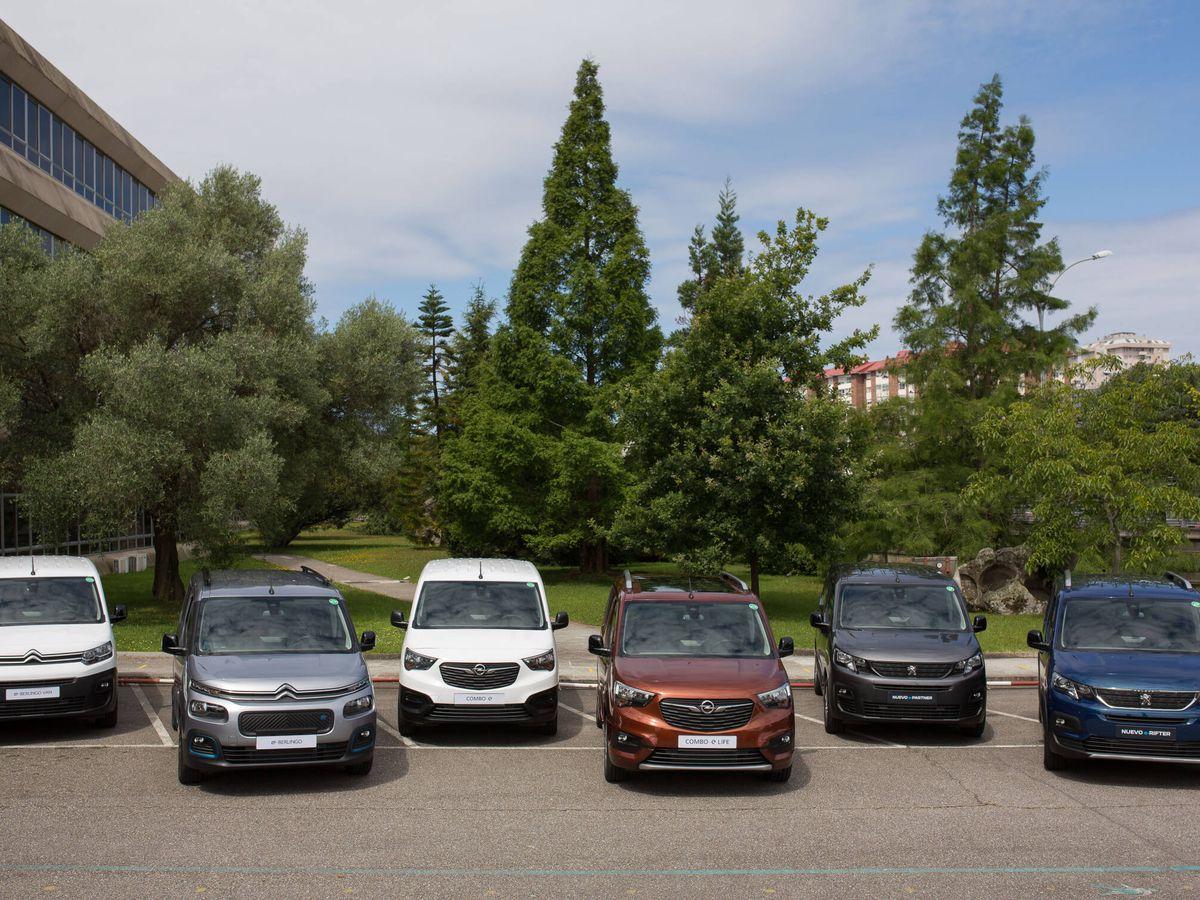 Foto: Los Citroën ë-Berlingo Van y ë-Berlingo, Opel Combo-e Cargo y Combo-e Life, y Peugeot e-Partner y e-Rifter, frente a la planta de Stellantis en Vigo.