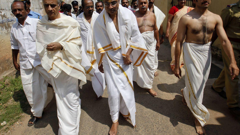 Miembros del Tribunal Supremo entran en el templo. (Reuters)