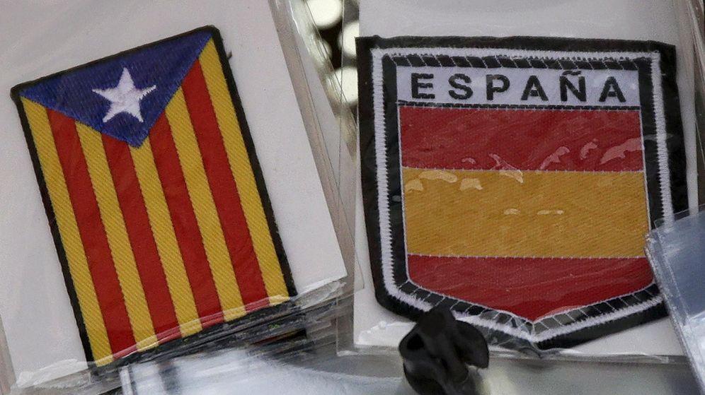 Foto: 'Souvenir' de la bandera de España y una estelada. (Reuters)