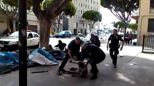 Foto: La Policía de Los Ángeles ha matado a un mendigo en plena calle (YouTube)