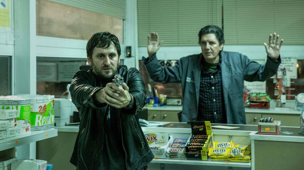 Foto: Raúl Arévalo y Antonio Dechent en 'El aviso'. (DeAPlaneta)