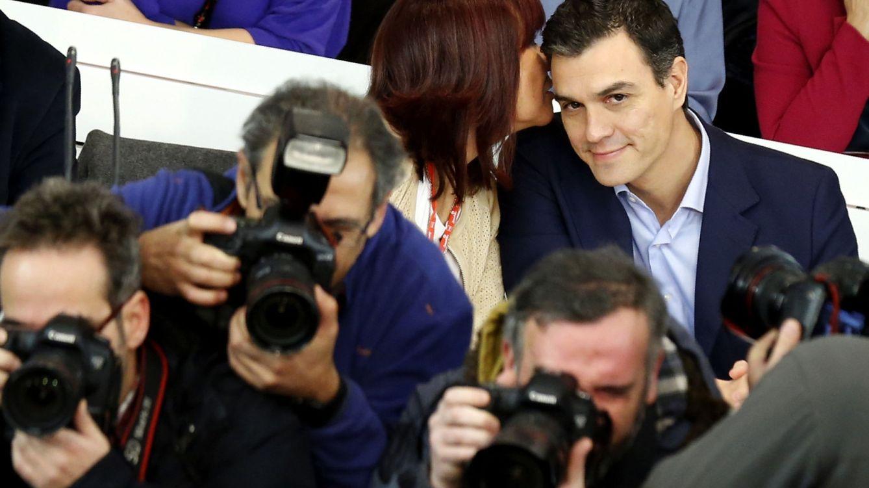 Foto: Pedro Sánchez y Micaela Navarro, minutos antes del comienzo del Comité Federal del PSOE, mientras los reporteros gráficos fotografían a los miembros del máximo órgano de dirección del PSOE, este 28 de diciembre. (EFE)