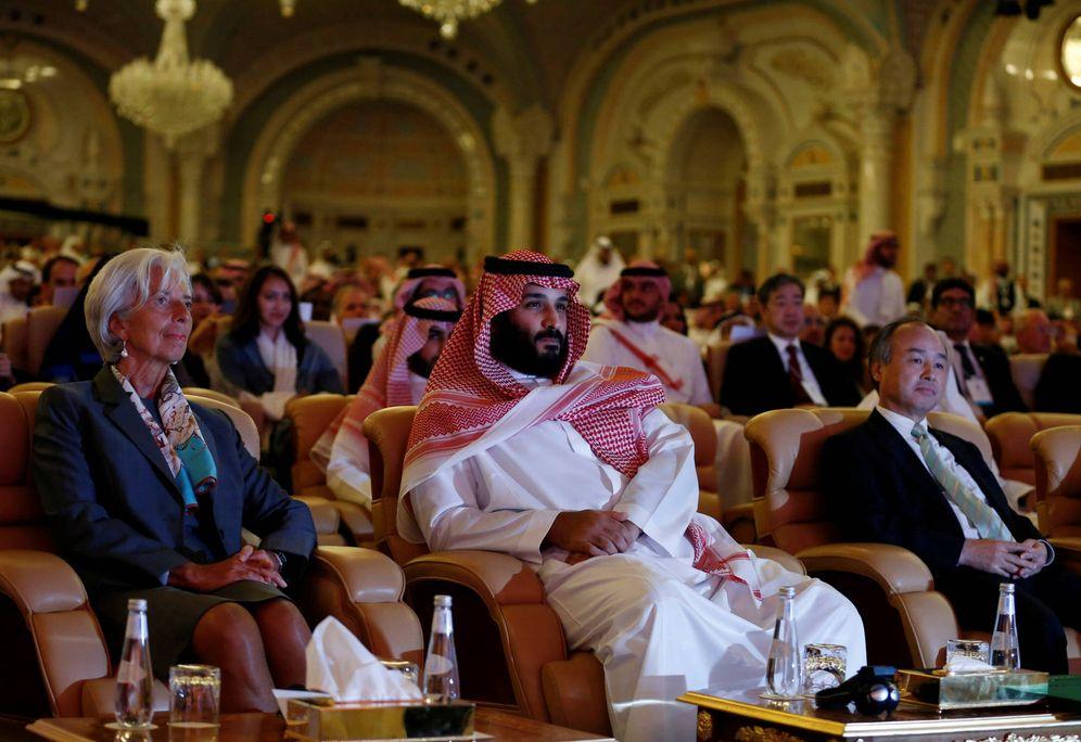 Foto: El príncipe heredero, Mohamed bin Salman, junto Christine Lagarde (FMI) durante una cumbre sobre inversión en Arabia Saudí, en Riad. (Reuters)
