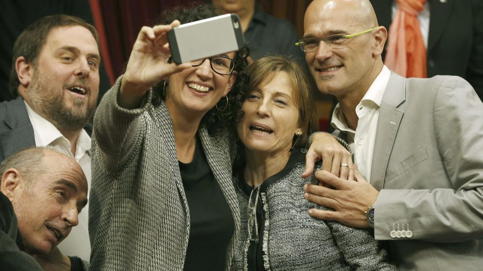 Foto: Los diputados de Junts pel Sí, Lluís LLach (i) Oriol Junqueras (2i), Marta Rovira (3i) y Raül Romeva (d), se fotografían con su compañera Carme Forcadell (2d), elegida presidenta del Parlament de Cataluña. (Efe)
