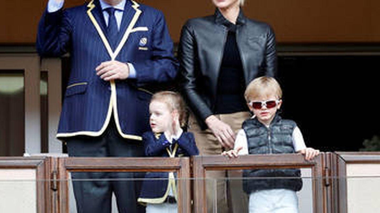 Alberto y Charlene de Mónaco, con sus hijos. (Reuters)