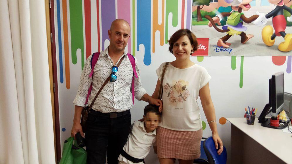 Foto: Gabriel junto a sus padres en el Hospital Universitario Virgen Macarena, en Sevilla. (I. M.)