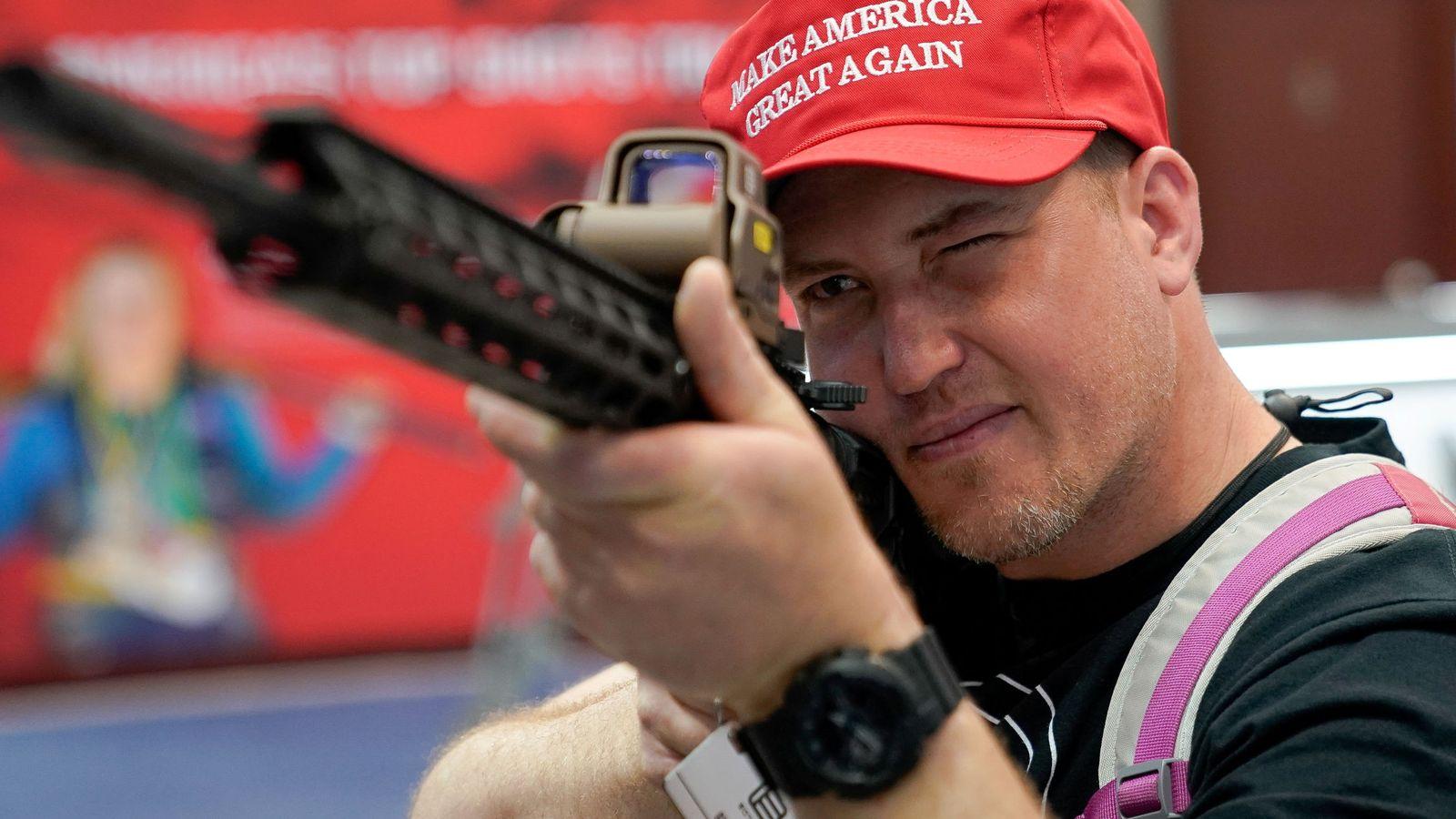 Foto: Un hombre probando un rifle semiautomático en el congreso anual de la Asociación Nacional del Rifle. (Reuters)
