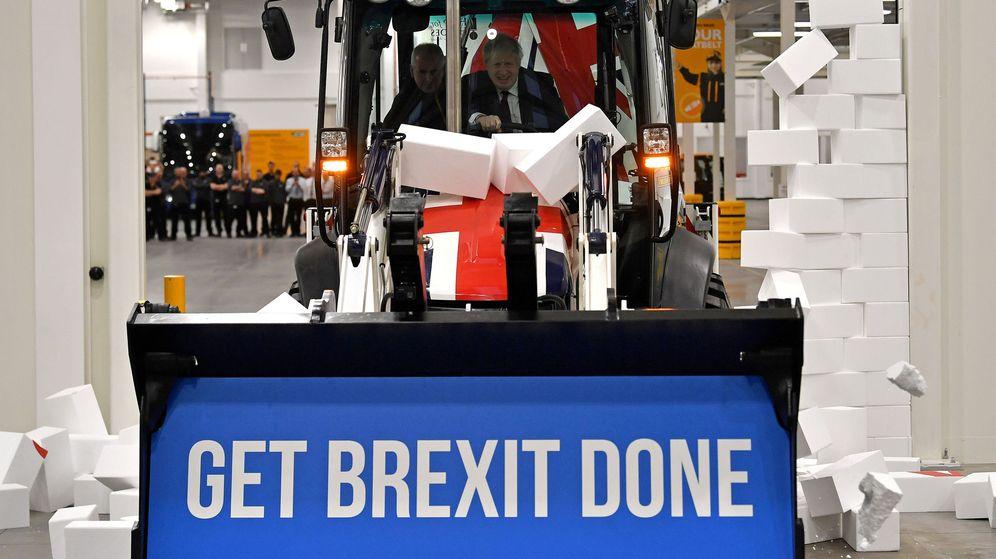 Foto: Boris Johnson conduce un tractor con su eslogan de campaña (Reuters)