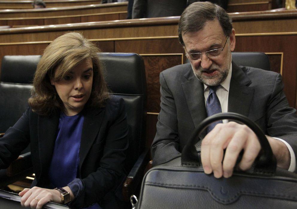 Foto: El jefe del Ejecutivo, Mariano Rajoy, y la vicesecretaria del Gobierno, Soraya Sáenz de Santamaría, durante la sesión de control (Efe)