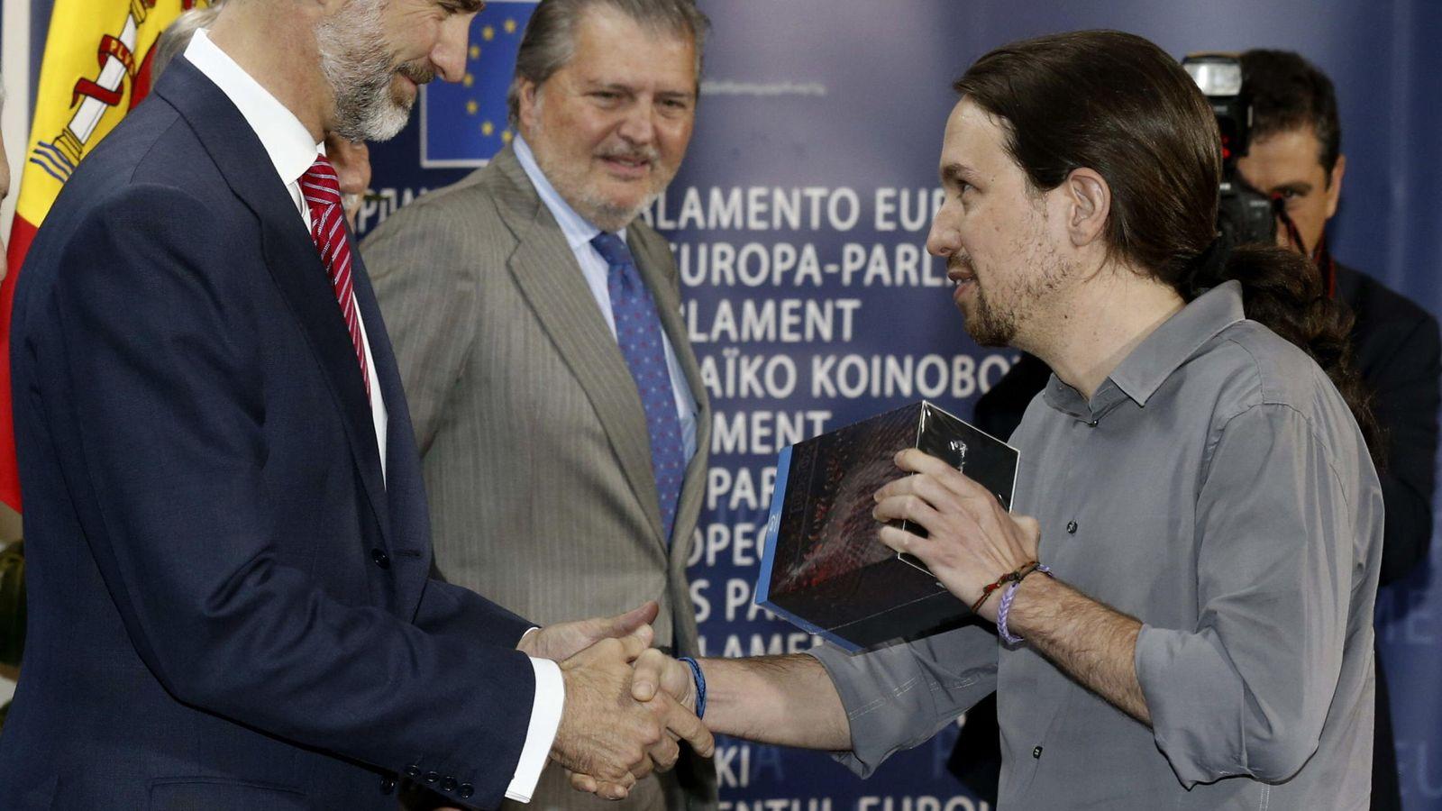 Foto: El regalo de 'Juego de Tronos' al monarca, ¿buena o mala táctica? (EFE/Sergio Barrrenechea)