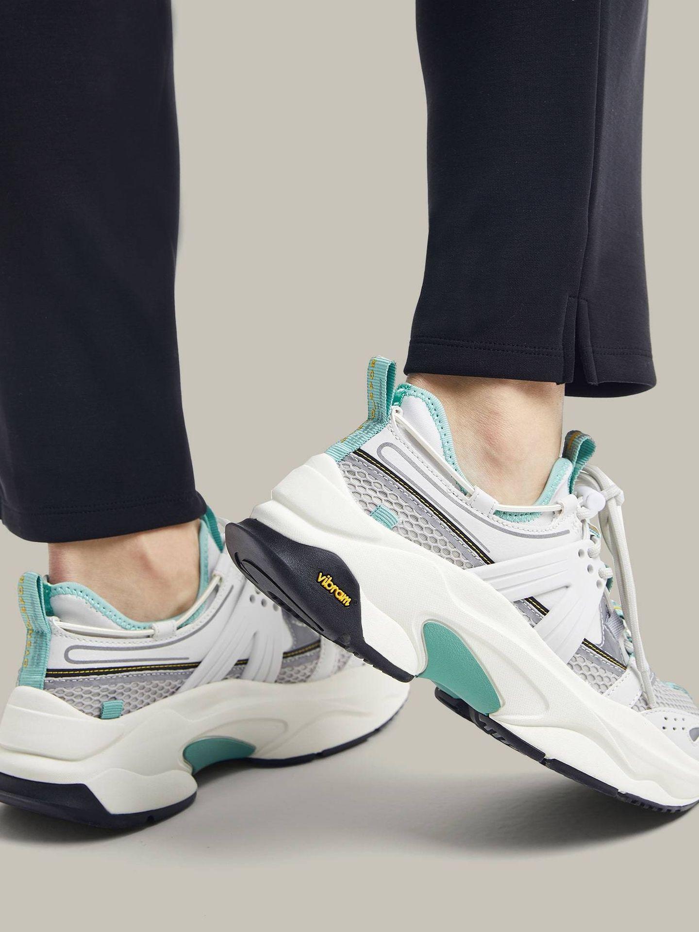 Zapatillas deportivas de Oysho. (Cortesía)