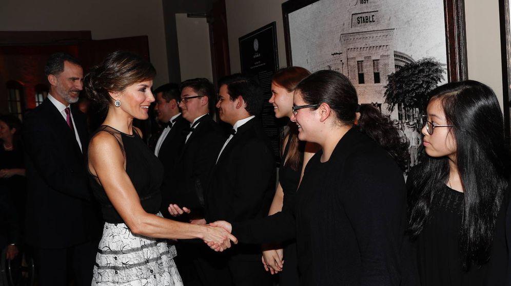 Foto: La Reina saluda a los asistentes a la cena. (Casa Real)