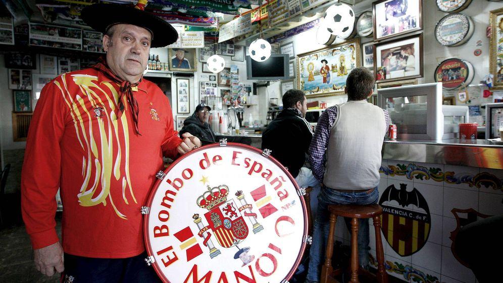 Foto: Manolo el del bombo tuvo que cerrar temporalmente en 2011 por la Ley Antitabaco. (EFE)