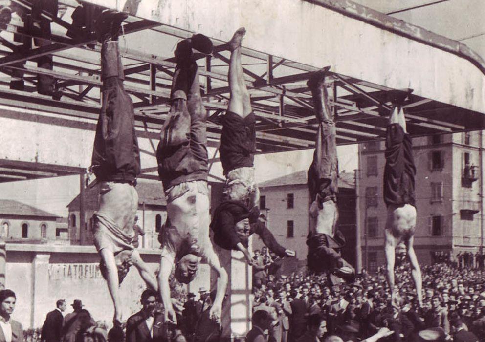 Foto: Los cuerpos de Bombacci, Mussolini, Petacci, Pavolini y Starace exhibidos en la Plaza de Loreto, 1945 (CC)