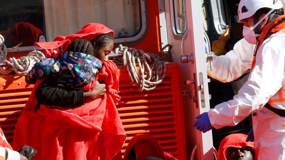 Foto: Imagen de uno de los rescates de Salvamento Marítimo  en aguas del mar de Alborán (EFE)
