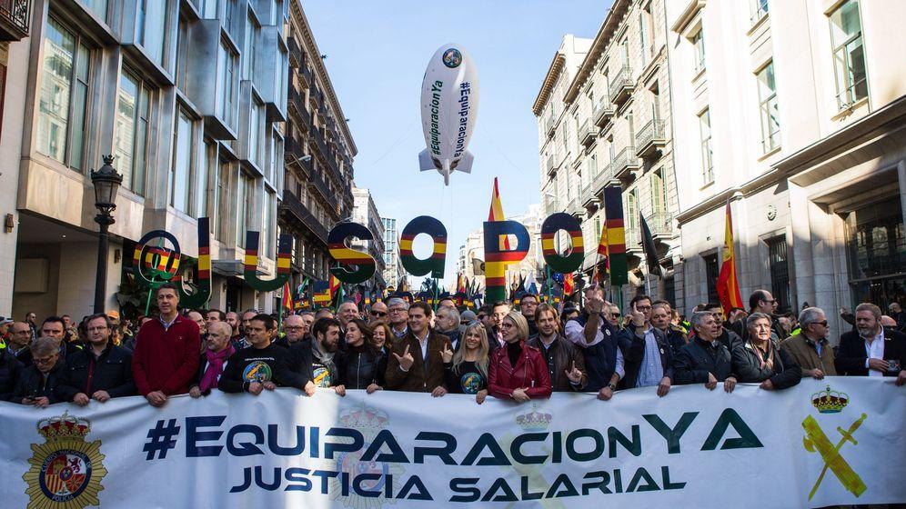 Foto: Albert Rivera e Inés Arrimadas apoyan las reclamaciones de los guardias civiles y policías en la marcha de Barcelona. (EFE)