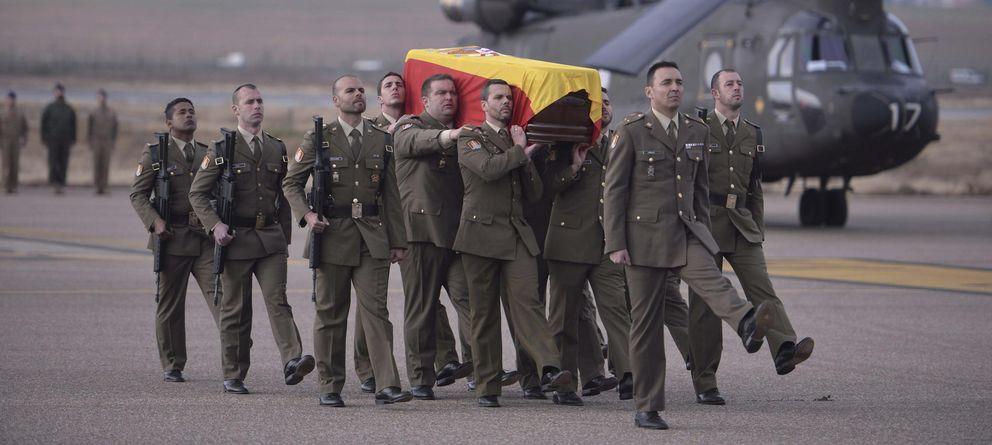 Foto: Llegada a Córdoba del féretro con los restos del cabo muerto en Líbano. (Efe)