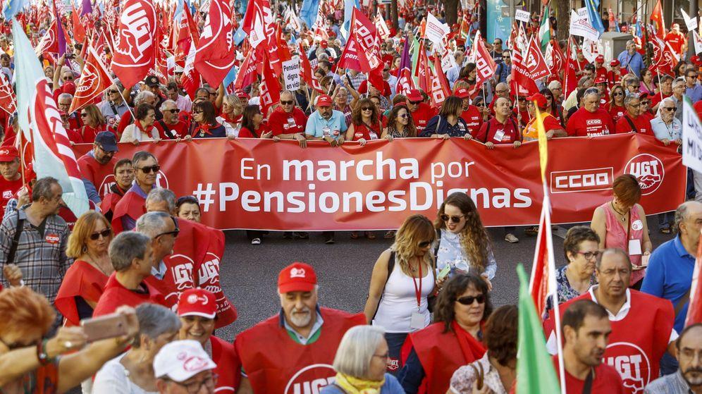 Foto: Manifestación en Madrid de las 'Marchas por las pensiones dignas', organizadas por CCOO y UGT. (EFE)