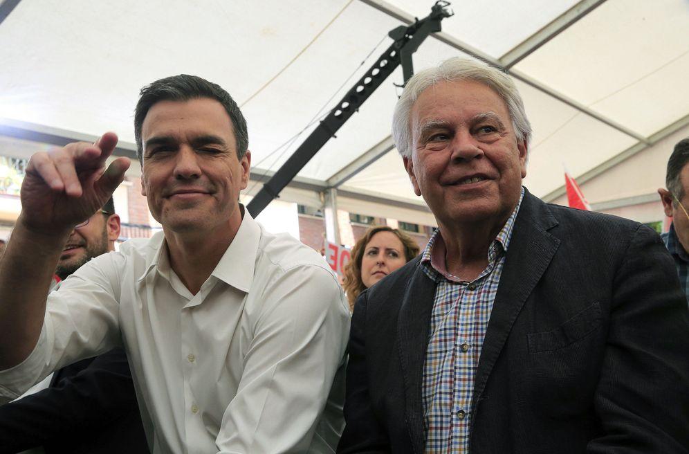 Foto: Pedro Sánchez y Felipe González, en su acto de fin de campaña de las últimas generales, el 24 de junio de 2016 en Madrid. (EFE)