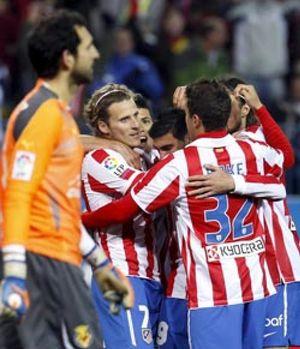 El Atlético funcionó el día que Forlán volvió a aplaudir a sus compañeros