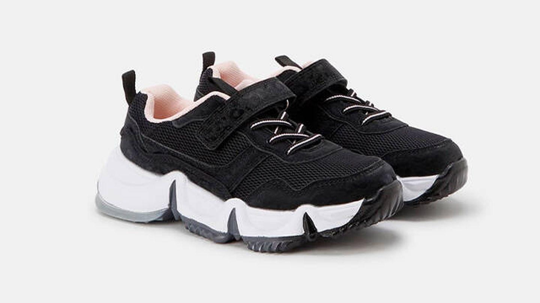 Zapatillas deportivas de color negro con cierre adherente y cordones