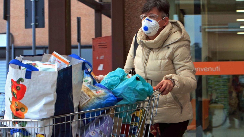 Una mujer sale del supermercado en Casalpusterlengo. (EFE)
