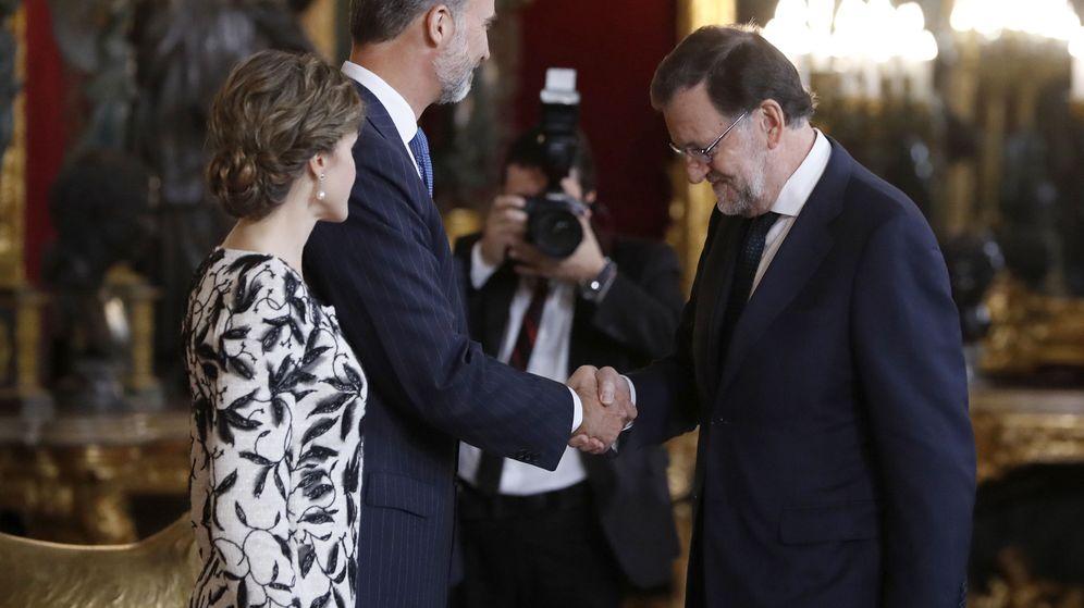 Foto: Los Reyes saludan al presidente del Gobierno en funciones, Mariano Rajoy (d), a su llegada a la tradicional recepción ofrecida hoy en el Palacio Real con motivo del Día de la Fiesta Nacional. (EFE)