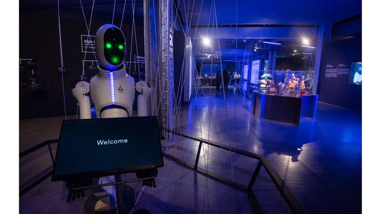 Foto: Un robot da la bienvenida al Espacio Fundación Telefónica, donde tiene lugar la exposición 'Nosotros, Robots'.