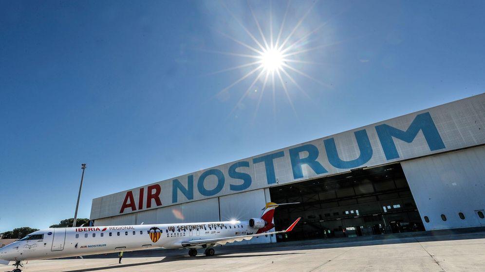 Foto: Presentación del 'jet' de Air Nostrum tematizado con el escudo del Valencia CF. (EFE)
