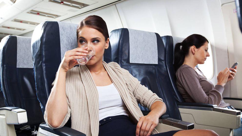 Por qué nunca deberías beber agua del grifo o pedir un café en un avión