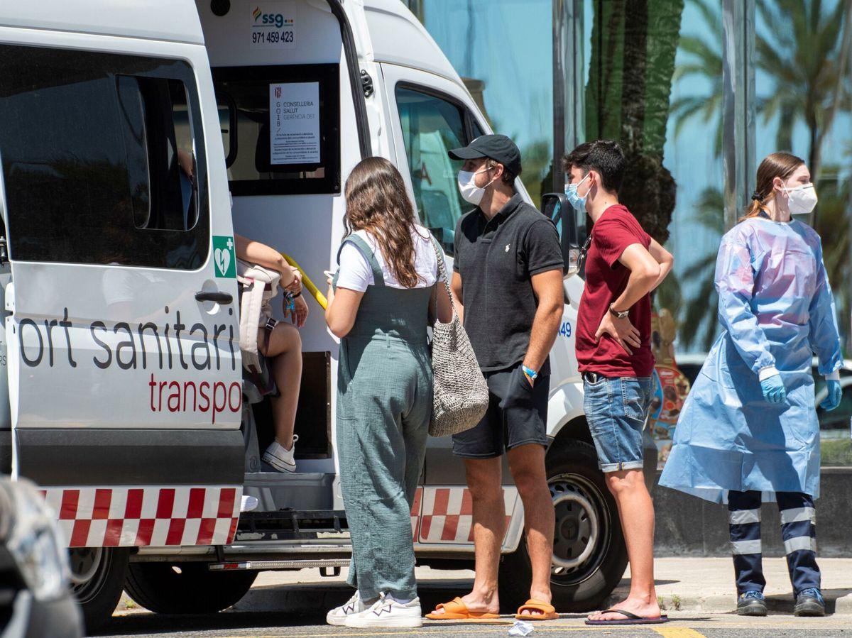 Foto: Trasladan a estudiantes a un hotel de Palma de Mallorca para hacer cuarentena (EFE)