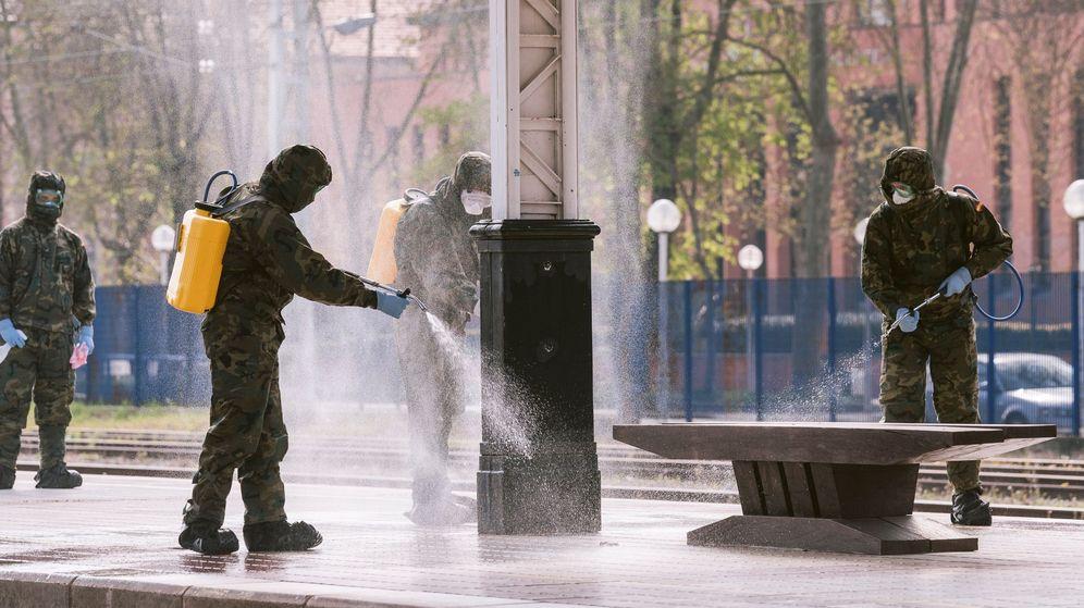 Foto: Efectivos de la UME desinfectan en la estación de tren de Vitoria-Gasteiz. (EFE)