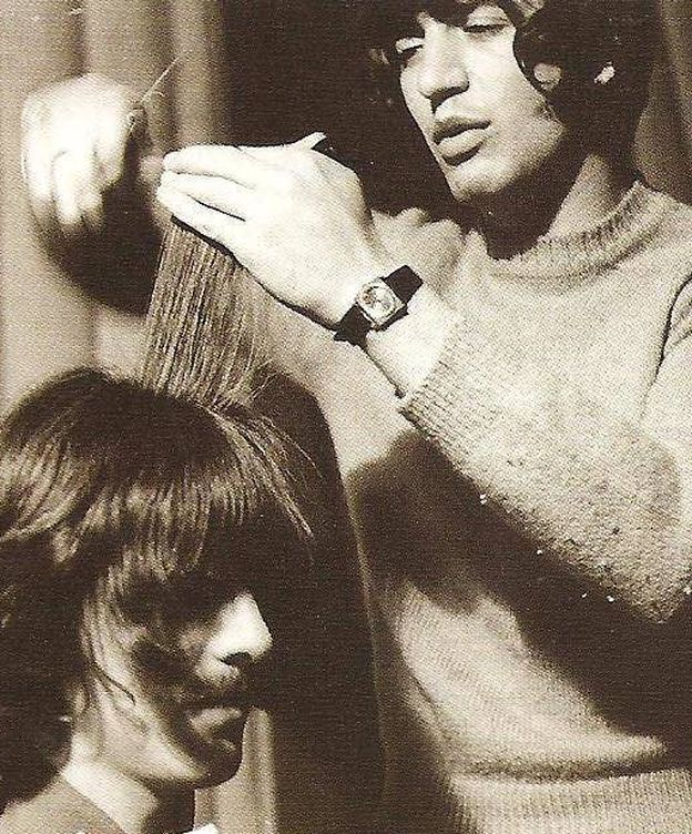 Foto: Leslie Cavendish cortándole el pelo a George Harrison (Galería de Leslie Cavendish)
