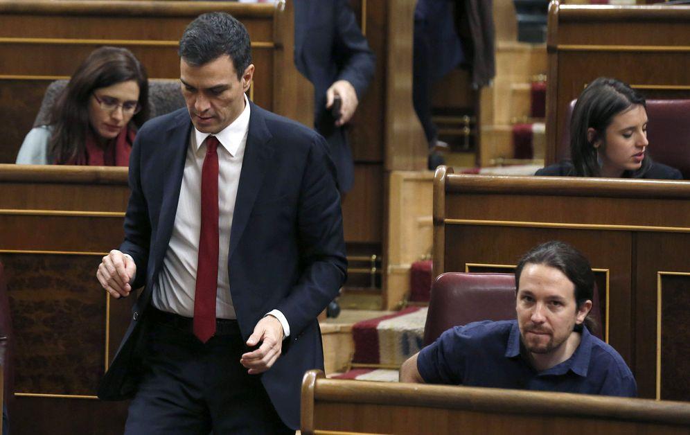 Foto: Pedro Sánchez pasa delante de Pablo Iglesias en la sesión constitutiva del Congreso, el pasado 13 de enero. (EFE)